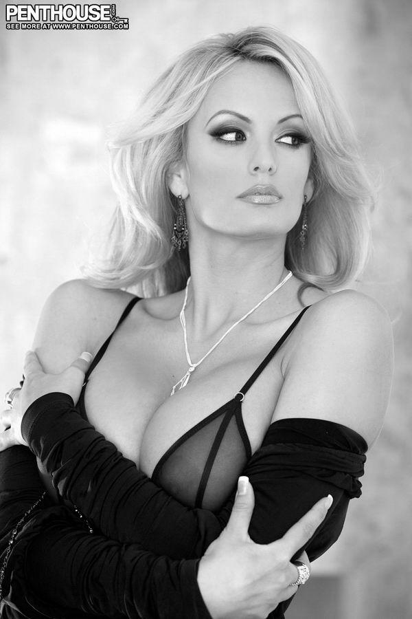 Blonde pornstar Stormy Daniels letting huge tits free from bustier № 96727  скачать